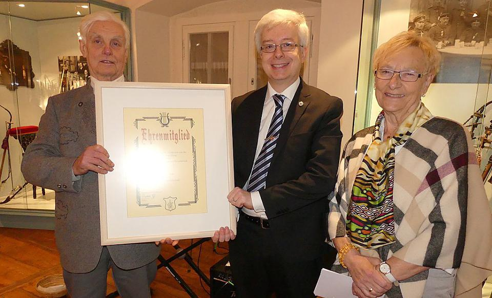 Handing over of the honorary certificate by the president of the Int. Valentin-Rathgeber-Society e.V. Berthold Gaß (middle) to the honored Stefan Gaß with laudator Regina Rinke